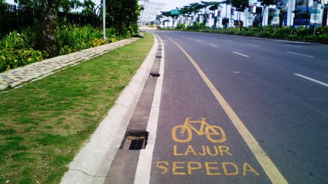 Jalur sepeda dan taman hijau di kanan kiri jalan