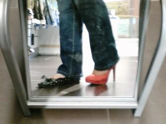 Nyoba doang lho ya, ga bisa saya pake heel setinggi ituh :P