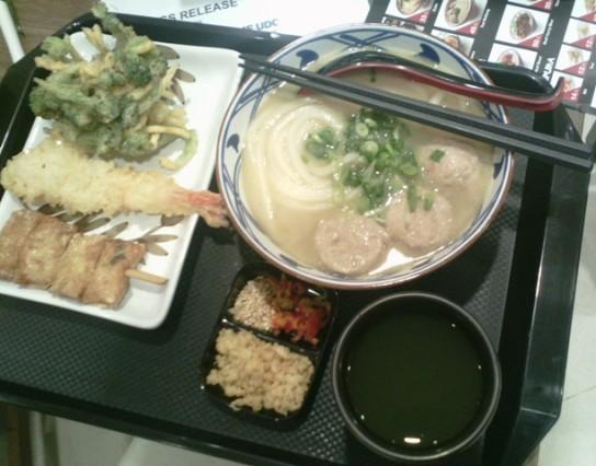 Tori baitang udon, brokoli tempura, ebi tempura, skewered tofu roll, dan ocha dingin