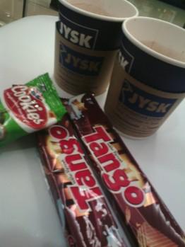 HOt Chocolate dan snacks saat acara grand opening
