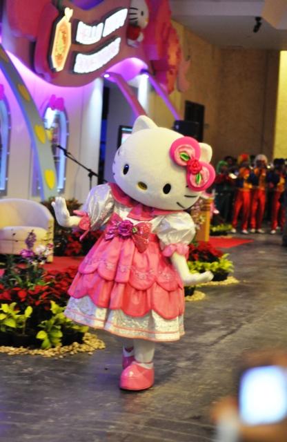 Tidak hanya anak kecil, buibu pun histeris melihat si Kitty :P